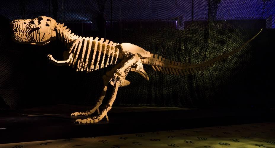 <em>Dinosaur</em>(dinossauro)é um tiranossauro rex de 80 mil peças que demorou um verão inteirinho para ficar pronto. A ideia era criar uma obra voltada especialmente para as crianças - e deu certo: uma das coisas favoritas de Nathan em uma exposição é ver a cara de surpresa dos pequenos enquanto observam o gigante de LEGO de 6 metros de comprimento.