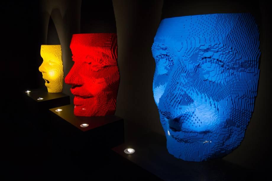 Apesar de nãoparecerem, essas esculturassão bem grandes: medem 1m x 1m e têm 11 mil peças cada. Elas retratam a família de Nathan - em amarelo, o enteado, Will; em vermelho, a mulher, Courtney; em azul,o próprio Nathan. Os três rostos foram inspirados em máscaras africanas e, para construí-los, o artista se baseouem várias fotografias dos três, tiradas em ângulos diferentes.