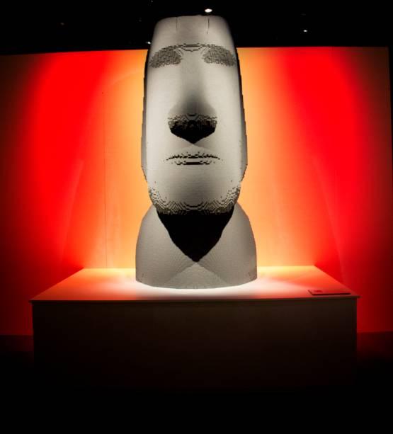 A réplica desta escultura Moai - da ilha de Páscoa - é uma das obras mais impressionantes de Nathan: ela tem 75 mil peças,2m de altura, e demorou 3 meses inteiros para ficar pronta. Mas o seu tamanhotambém é o motivo pelo qual ela não vempara a exposição no Brasil: a obra é grande demais para caber no avião. Pena.