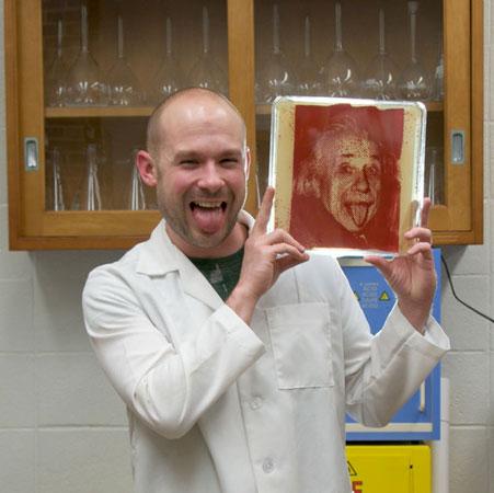 Zachary Copfer era microbiologista. Aí resolveu virar artista. Nada mais lógico que usar bactérias como matéria prima para criar imagens. A técnica que ele inventou utiliza os micróbios na revelação do filme fotográfico. E o resultado é incrível!