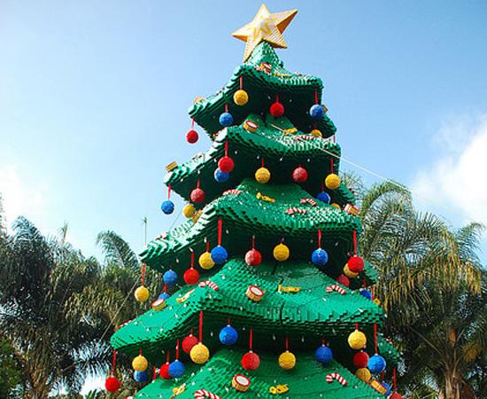 Esta árvore de Natal foi feita com centenas de peças de Lego.