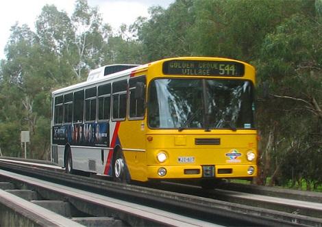 O ônibus da foto é usado na Austrália. Ele tem um percurso exclusivo e, com isso, consegue estar sempre no horário, mesmo em caso de engarrafamento. Alguns desses ônibus podem circular em trilhos, como um trem.