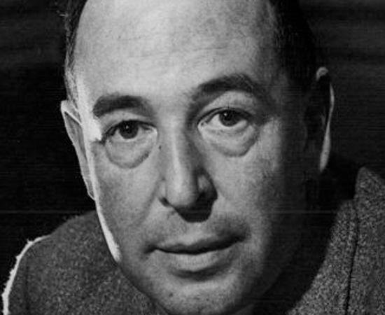 C. S. LEWIS - Clive Staples Lewis nasceu em 1898, em Belfast (Irlanda do Norte) e morreu em 1963, em Oxford (Inglaterra). Além de escritor, ele também foi teólogo e professor universitário.  Escreveu dezenas de livros, incluindo obras sobre apologética cristã, poesias, uma trilogia de ficção científica e, é claro, As Crônicas de Nárnia. Durante a Segunda Guerra Mundial, ficou conhecido por dar palestras motivadoras na rádio BBC de Londres. Conviveu com vários escritores famosos, como Tolkien, T. S. Eliot, Owen Barfield e G. K. Chesterton.