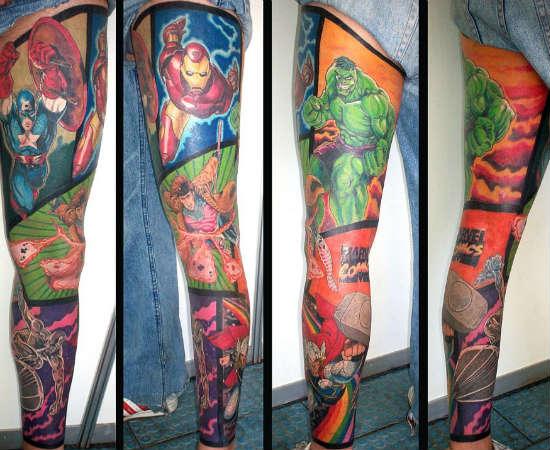 Cobrir sua perna com tatuagens dos Vingadores e o logo da Marvel Comics: respeito