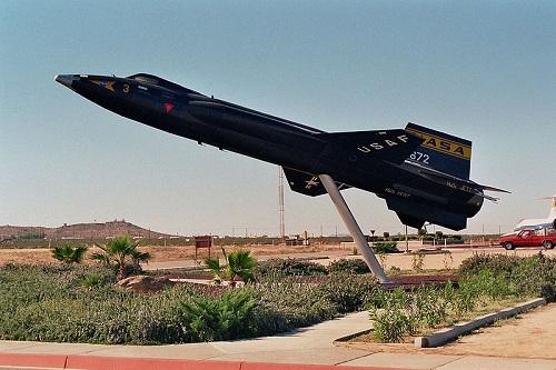 O US Air Force X-15, dos Estados Unidos, é o avião tripulado mais rápido que já existiu. Fez quase 200 missões, com o objetivo de estudar a velocidade. A máxima atingida?  7,274 km/h.
