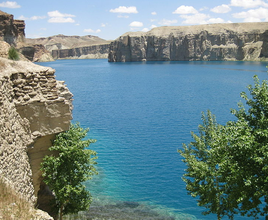 Que tal passar suas próximas férias no Afeganistão? Na parte central do país você encontra o Parque Nacional de Band-E Amir - um verdadeiro oásis em meio ao deserto. O paraíso é formado por seis lagos de águas azuis circundados por penhascos de calcário. Ah, só fique de olho nas estradas que levam ao parque, pois o Talibã e as milícias locais deixaram muitas minas enterradas na região.