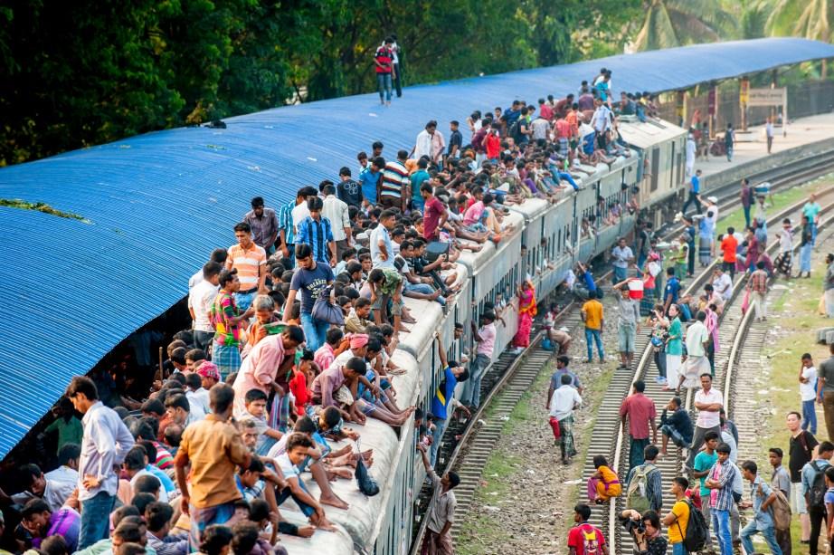 Bangladesh tem um grande problema com trabalho escravo infantil. O governo local até tentou criar algumas leis na tentativa de diminuir esse fluxo, mas ainda existem mais de 1,5 milhão de pessoas trabalhando em condições de escravidão. As crianças são comumente colocadas para exercer funções em minas e fábricas, além de muitas meninas serem forçadas a se casar.