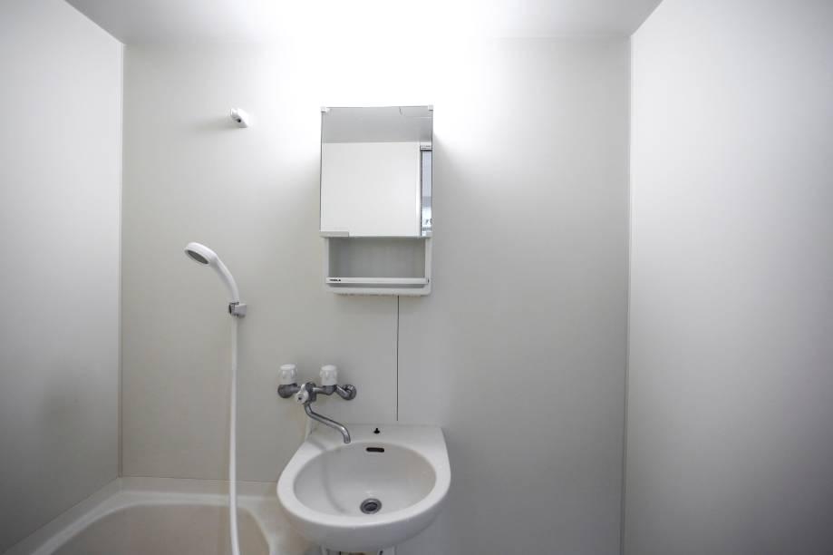 O banheiro de Fumio Sazaki (que abriu essa galeria) não é simples só dentro do armário.