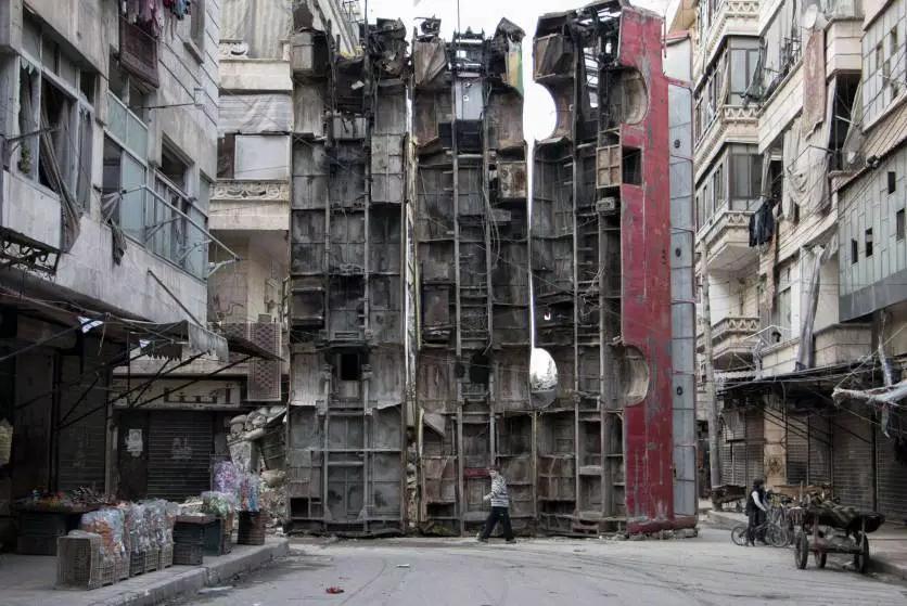 Em março de 2015, aonorte da cidade síria de Aleppo, um garoto passou por uma barricada improvisada, feita com restos de ônibus. A barricada estava sendo usada para obstruir o campo de visão de snipers do regime de Assad e manter os civis em segurança.