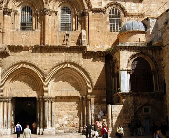 BASÍLICA DO SANTO SEPULCRO - Alguns cristãos acreditam que Jesus Cristo foi sepultado no lugar onde o imperador Constantino construiu este templo. Está localizada na Cidade Velha de Jerusalém.