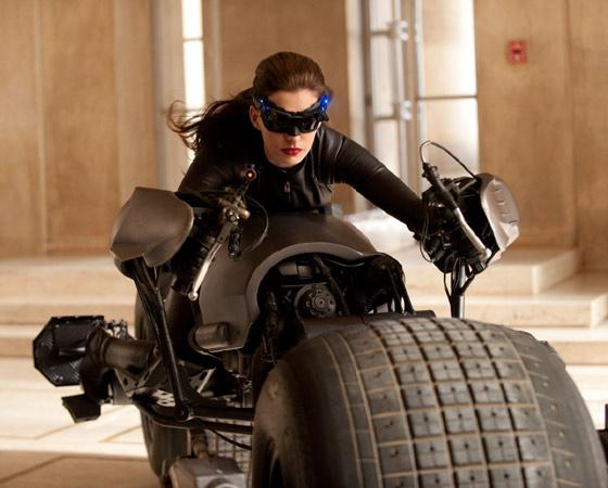 4. Dê uma chance a Anne Hathaway - E basta um passeio de moto para ela mostrar que tem sex appeal sim senhor.