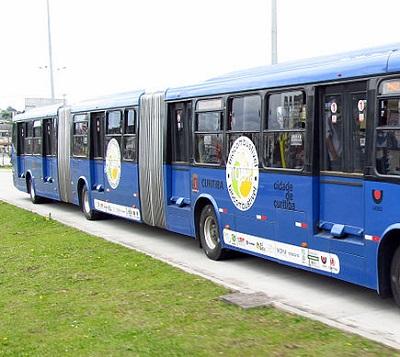 Com duas articulações, esse tipo de ônibus já circulou em algumas cidades brasileiras. Os biarticulados carregam o dobro de passageiros que um ônibus normal.