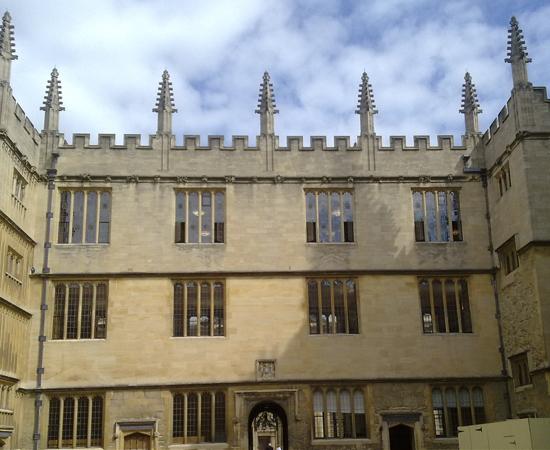 BIBLIOTECA BODLEIANA - É o principal acervo de pesquisa da Universidade de Oxford, na Inglaterra. Tem manuscritos raríssimos, como as quatro cópias certificadas da Magna Carta. Serviu de cenário para os filmes de Harry Potter.