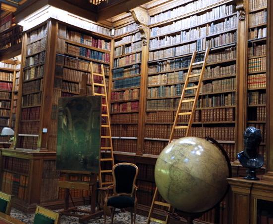 BIBLIOTECA DA ASSEMBLEIA NACIONAL - Possui itens raríssimos, como as minutas do processo de Joana Darc e manuscritos originais de Jean Jacques-Rousseau. Está localizada no Palais Bourbon, em Paris (França).