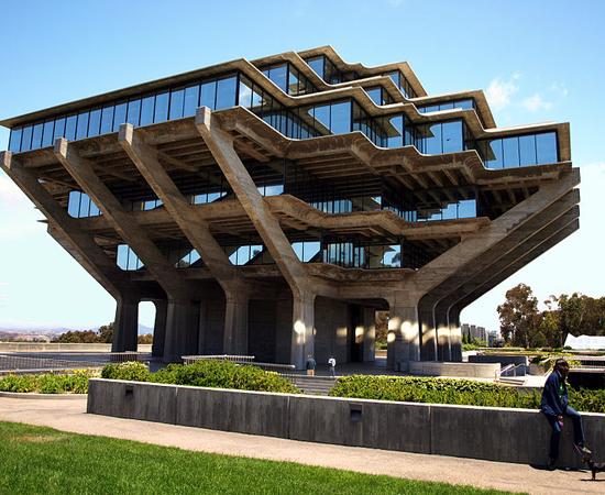 BIBLIOTECA GEISEL - É a principal biblioteca da Universidade da Califórnia, em San Diego. O design peculiar é obra do americano William Pereira.
