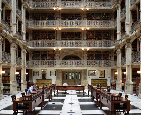 BIBLIOTECA GEORGE PEABODY - Fundada no século 19, possui mais de 300 mil itens. Está localizada em Baltimore, Maryland (EUA).
