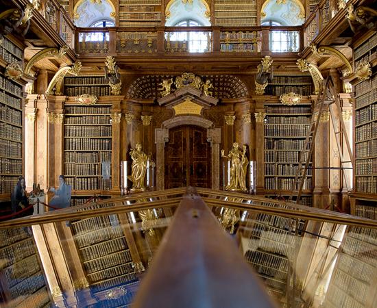 BIBLIOTECA DA ABADIA DE MELK - Possui 12 salas que guardam mais de 100 mil volumes e quase 2 mil manuscritos. Está localizada em um reduto monástico beneditino no nordeste da Áustria.