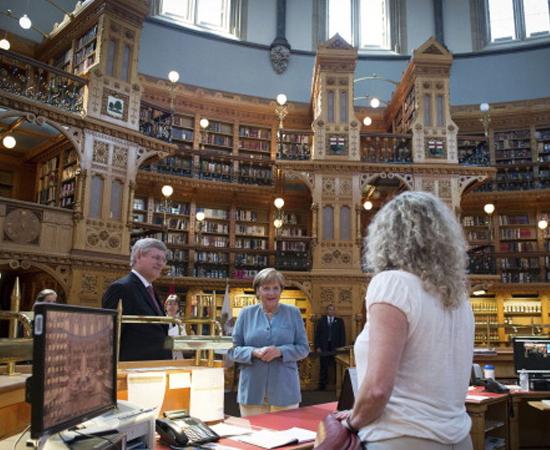 BIBLIOTECA DO PARLAMENTO - Fundada no início do século 18, foi parcialmente destruída pelo fogo em 1906. Tem mais de 600 mil volumes e 300 funcionários. Localiza-se em Ottawa, no Canadá.