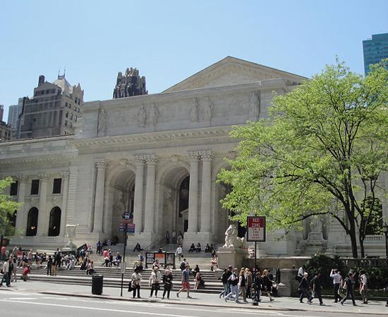 BIBLIOTECA PÚBLICA DE NEW YORK - É uma das bibliotecas mais importantes do mundo. Possui 44 milhões de volumes. Já serviu de locação para vários filmes, como O Dia Depois de Amanhã, Os Caça-Fantasmas, O Homem-Aranha e Bonequinha de Luxo.