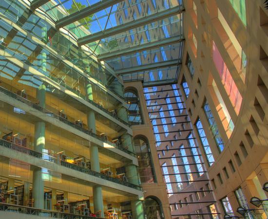 BIBLIOTECA PÚBLICA DE VANCOUVER - É a terceira maior biblioteca do Canadá, com 8 milhões de volumes. Foi inaugurada em 1995. É famosa por seu projeto sustentável e seu telhado ecológico.