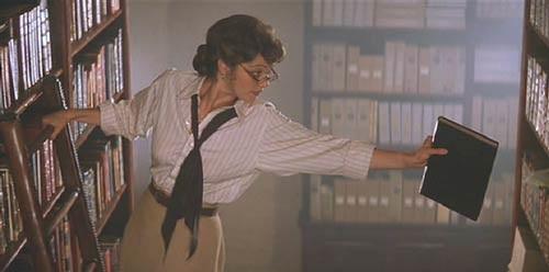 No filme A Múmia, de 1999, Evelyn é uma bibliotecária atrapalhada quando conhece o explorador Rick OConnel. Juntos, eles descobrem antigos segredos egípcios e até mesmo ressuscitam múmias (que deveriam ficar mortas para sempre).
