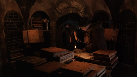Tanto o livro O Nome da Rosa, do consagrado escritor  Umberto Eco, quando o filme, lançado anos depois, são clássicos. E a biblioteca de livros apócrifos, que fica na abadia medieval que serve de cenário para a trama, é importantíssima para ambos. Por quê? Bem, isso já seria spoiler (vai que alguém ainda não sabe). Vale dizer que O Nome da Rosa narra as investigações de uma série de mortes misteriosas que aconteceram no local.