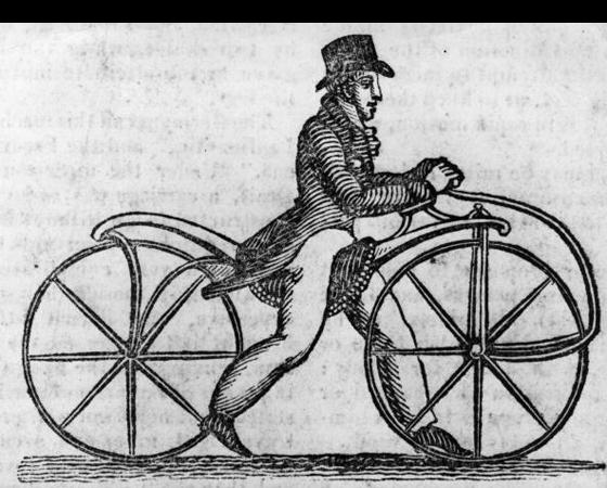 Década de 1810 - PÉS NO CHÃO: O alemão Karl Drais Von Sauerbronn cria um cavalo de madeira, com guidão e duas rodas. A invenção, de 1816, ficou conhecida como draisiana. Era a primeira bicicleta. Mas ainda com tração Flintstones: os pés faziam as vezes de pedal. Entre as décadas de 1820 a 1850, surgem os pedais: rígidos e acoplados diretamente à roda dianteira.