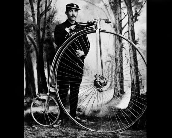 Década de 1870 - RODA GIGANTE: Mesmo com o surgimento do modelo com correntes, a larga produção de velocípedes de Pierre Michaux tornou o seu modelo mais popular. Surgem também as bicicletas com rodas gigantes na frente e minúsculas atrás.