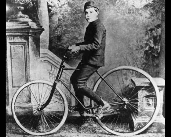 Década de 1880 - O PNEU: Em 1887, o escocês John Boyd Dunlop cria uma câmara de ar para as rodas da bicicleta do filho. Nasce o pneu. De quebra, as bicicletas com corrente começam a ganhar mercado.