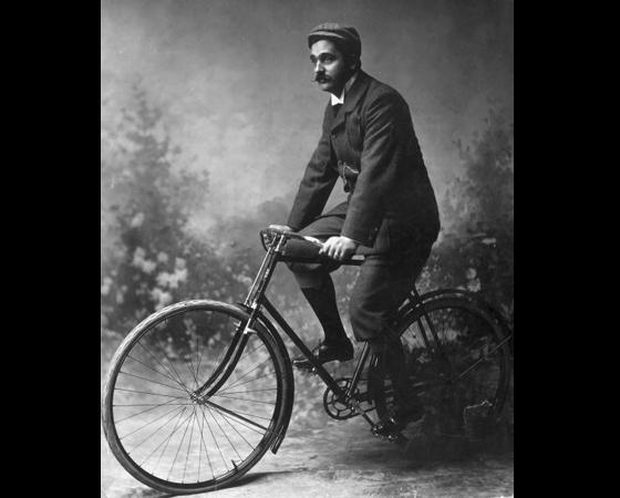 Década de 1890 - EVOLUÇÃO DO DESIGN: No começo da década de 1890, surge o quadro trapezoidal, usado até hoje. Em 1895, vêm os primeiros modelos em alumínio, três vezes mais leves que os de aço.