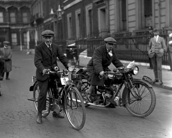 Décadas de 1910 a 1940 - DINÂMICA: No fim dos anos 20, a empresa Schwinn, popular nos EUA, aproxima o design da bike do das motos. Na Europa, o ciclismo esportivo ganha força.