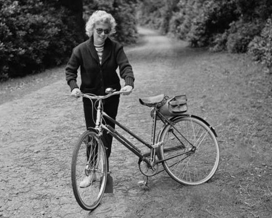Década de 1950 - NASCE A MOUNTAIN BIKE: O americano James Finley Scott modificou um modelo urbano para conseguir andar em trilhas. E criou a primeira mountain bike.