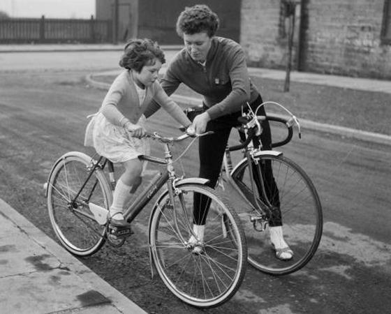 Década de 1960 - DIVERSIDADE: Agora todo mundo tinha um modelo para chamar de seu. Surgem as bicicletas para crianças, as de estrada e o sistema de marchas evolui.