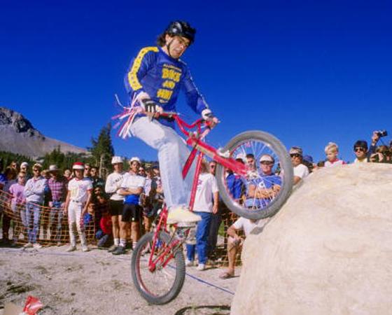 Década de 1980 - MOUNTAIN BIKE NO TOPO: O foco: melhorar o design e diminuir o peso das bicicletas. No Brasil, as mountain bikes tornam-se o estilo predominante.