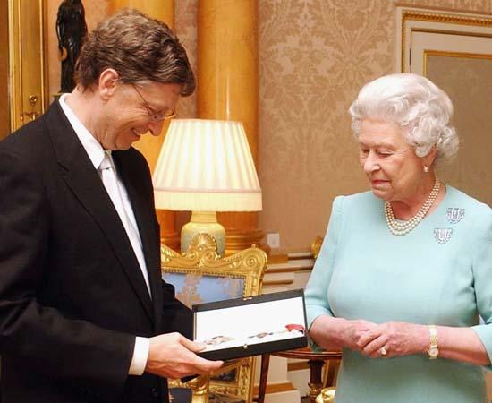 PRÊMIOS - Por seus feitos humanitários, Bill Gates foi condecorado com a medalha da Ordem do Império Britânico, entregue pela Rainha Elizabeth em 2005 (foto); e com a medalha Ordem da Águia Asteca em 2006. Além disso, ele já recebeu o status de Honoris causa das universidades de Cambridge, Karolinska, Harvard, Tsinghua, Waseda, Nijenrode e do Real Instituto de Tecnologia.