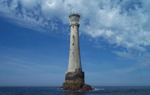 A menor ilha do mundo com uma estrutura feita pelo homem. Essa é Bishop Rock Lighthouse, que pertence ao Reino Unido.