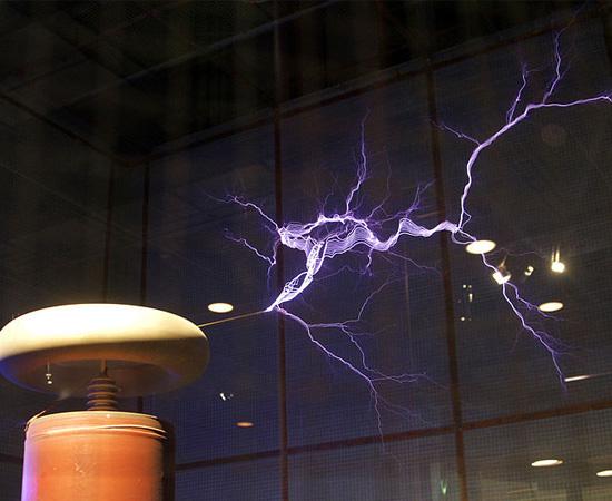 RIVALIDADE - Em 1882, após trabalhar em uma companhia de telégrafos de Budapeste, Nikola Tesla mudou-se para Paris, para ser engenheiro da 'Continental Edison Company' (empresa do inventor Thomas Edison). Dois anos depois, Tesla foi para Nova Iorque, para trabalhar como assistente de Edison. No entanto, o jovem engenheiro deixou o emprego quando percebeu que fora enganado pelo chefe, que não pagou uma bonificação que havia prometido. Algum tempo depois, fundou a sua própria companhia, a 'Tesla Electric Light & Manufacturing', na qual desenvolveu os princípios da Bobina de Tesla (foto). Algum tempo depois, ele convenceu o governo americano a usar corrente alternada para a transmissão de energia. O modelo havia sido patenteado por ele e era contrário aos interesses de Thomas Edison.