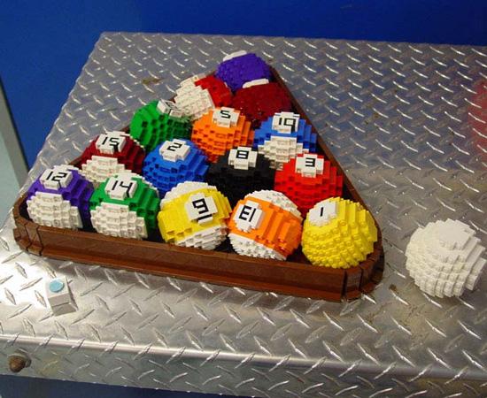 Estas bolas de bilhar foram feitas com peças de Lego.