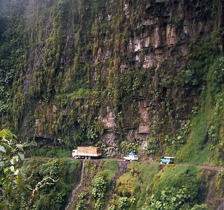 Estrada da morte. Esse é um dos apelidos da estrada de 70 quilômetros que liga La Paz a Coroico. Visibilidade, curvas, pedras na pista e, claro, a possibilidade de cair penhasco abaixo são alguns dos maiores perigos.