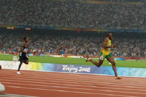O homem mais rápido do mundo. Esse título acompanha o velocista jamaicano Usain Bolt, medalha de ouro nos 100 metros rasos nas duas últimas Olimpíadas e recordista da categoria.