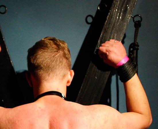 Os dominadores também costumam usar bondage, uma técnica em que o submisso é amarrado ou imobilizado.
