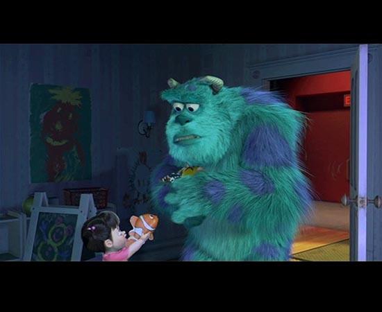 A dica para Procurando Nemo (2003) aparece em Monstros S/A. Observe o peixinho de brinquedo que Boo está segurando.