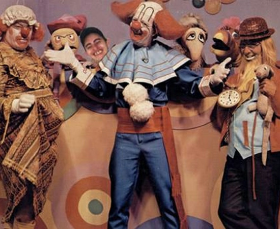 Bozo (1980) era o palhaço que apresentava um programa infantil, com brincadeiras e desenhos animados.