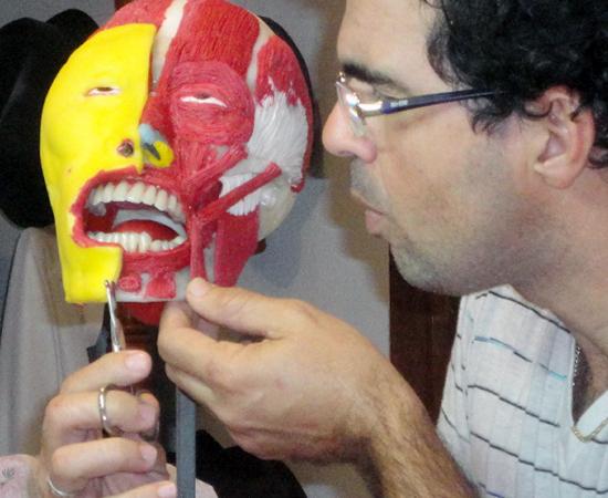 Eliel é professor de Anatomia e Fisiologia Humana em uma escola técnica.