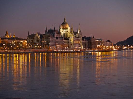 É raro ver uma lista dos locais mais bonitos do mundo que não tenha Budapeste, na Hungria. Se Paris tem o rio Sena, Budapeste tem o Danúbio, que dá parte do charme da cidade.