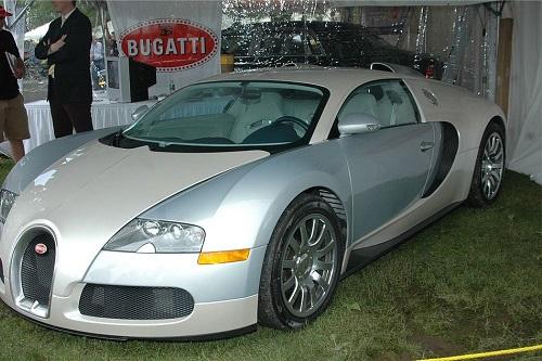 O carro mais rápido que você pode encontrar trafegando pelas ruas. Esse é o Bugatti Veyron, que atinge 431 km/h na versão Super Sport.