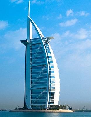Um hotel de 320 metros de altura, construído numa ilha artificial e com um formato que lembra a vela de um navio. A descrição já  prova: O Burj Al Arab - ou Torre das Arábias - fica em Dubai, mas poderia estar em muitos mundos fantásticos da ficção.