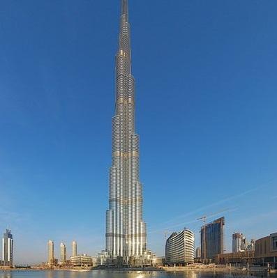 Outra torre que faz das Arábias uma terra para roteirista nenhum botar defeito. O Burj Khalifa é o maior arranha-céu já feito pelo homem: são 828 metros de altura!