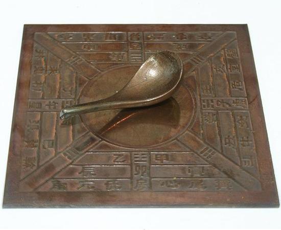 BÚSSOLA - Os chineses descobriram o efeito direcional da magnetita no século 4 a.C. As primeiras bússolas consistiam em um pedaço de pedra-ímã preso a um pau para flutuar em uma bacia de água.