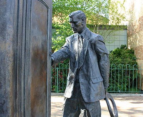LEGADO - C. S. Lewis inspirou vários outros escritores contemporâneos, como Daniel Handler (Desventuras em Série) e J. K. Rowling (Harry Potter). Em homenagem à sua contribuição à literatura, há uma estátua do autor entrando em um guarda-roupa, em sua cidade natal, Belfast, na Irlanda do Norte.